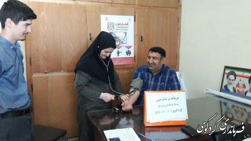 کارکنان فرمانداری و بخشداری در  طرح ملی غربالگری و کنترل فشار خون شرکت نمودند