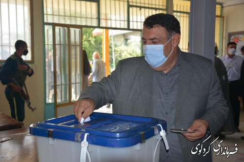 در نخستین ساعات رای گیری فرماندار کردکوی رای خود را به صندوق انداخت